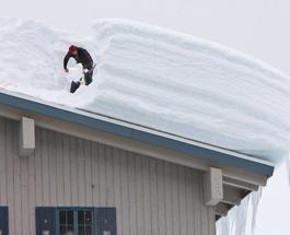 Снегопад обрушил крышу спорткомплекса в Полтаве