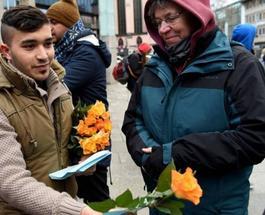Беженцы в Германии извинились перед женщинами за нападения и подарили цветы