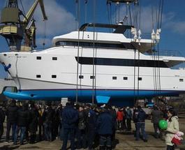 По волнам былой славы: в Николаеве спустили на воду уникальную яхту-