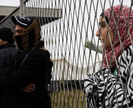 Беженцы в Европе идут на крайние меры: на границе с Македонией женщина устроила самосожжение