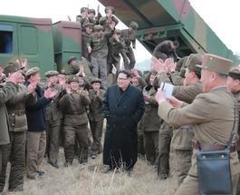 """Ким Чен Ын заявил о создании """"миниатюрного"""" ядерного оружия"""