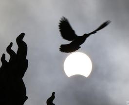 В Азии с молитвами встретили единственное в этом году полное солнечное затмение
