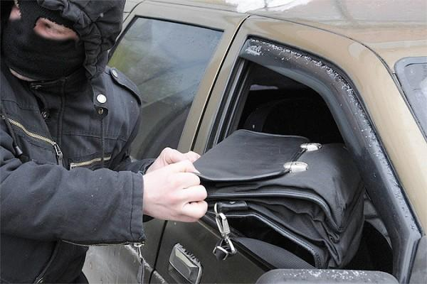 В центре Киева у мужчины выхватили сумку с 2 млн гривен, объявлен план-перехват
