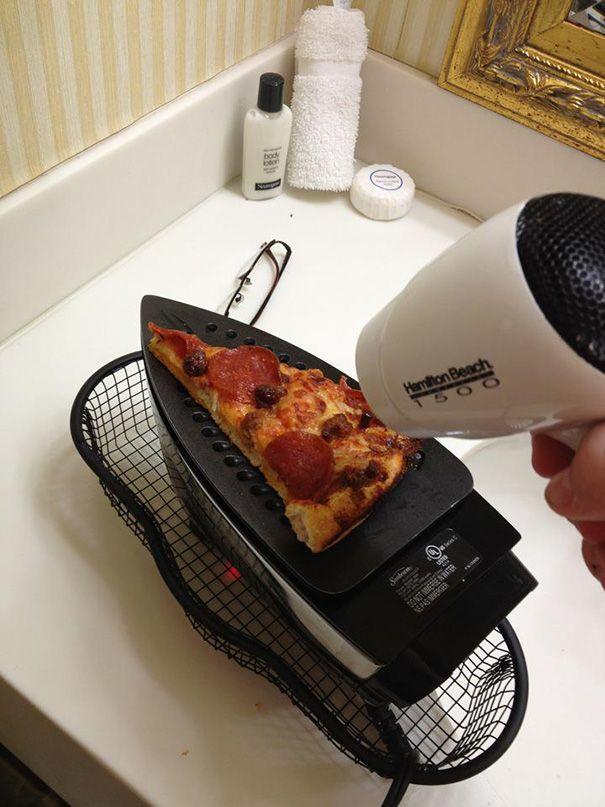 Не на чем разогреть пиццу? Воспользуйтесь утюгом и феном. Странно, но эффективно!