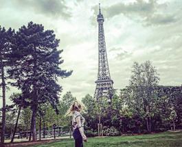 Алина Гросу улетела в Париж, откуда стихами поздравляет с Днем Победы