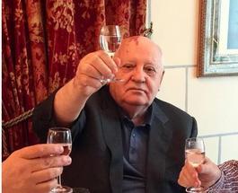 """Михаил Горбачев """"поднял рюмку"""" в День Конституции Украины: фотофакт"""