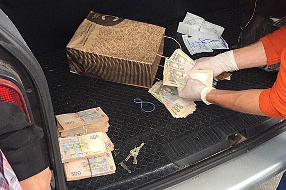 Одного из управляющих фискальной службы Харькова разоблачили наполумиллионной взятке