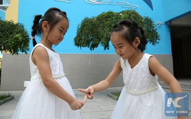 ВКитайской республике семь пар близнецов пошли в 1-ый класс одновременно