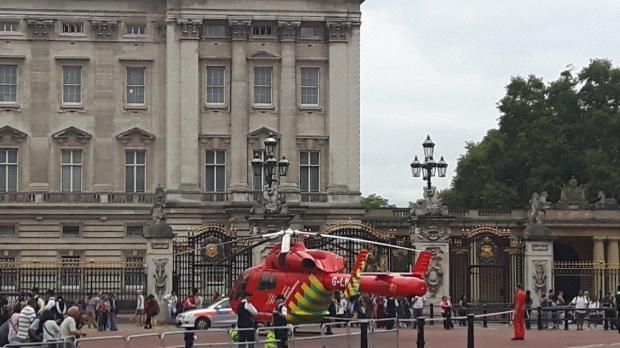 Урезиденции британской королевы приземлился медицинский вертолет