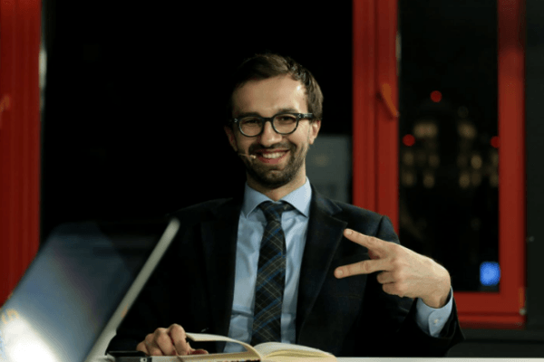 А.Парубий уточнил, что неподписал С.Лещенко объявление окомандировке