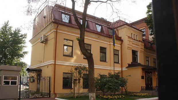 Консульство Украины вПетербурге забросали банками скраской