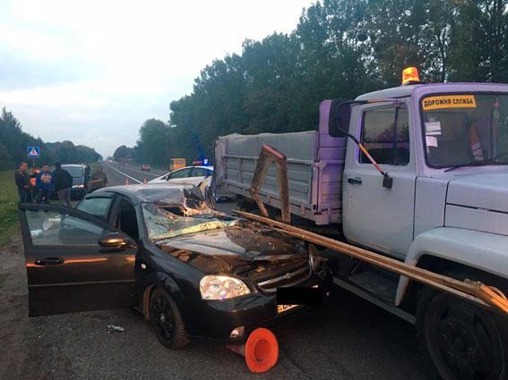 Два человека погибли: наЛьвовщине легковушка въехала вбригаду дорожников