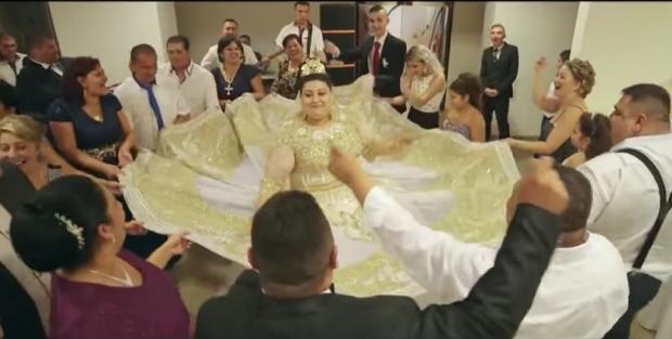 Сети шокировало одеяние невесты, украшенное купюрами в500евро