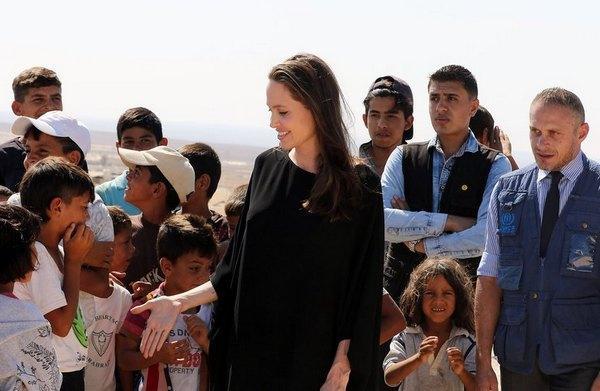 Анджелина Джоли предстала без бюстгальтера