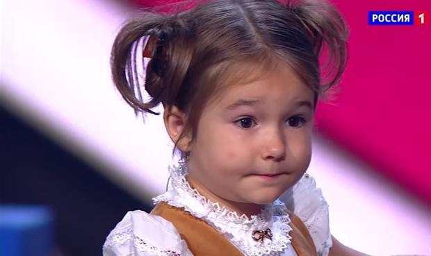 4-летняя девочка-полиглот знает 4 языка— YouTube ВИДЕО