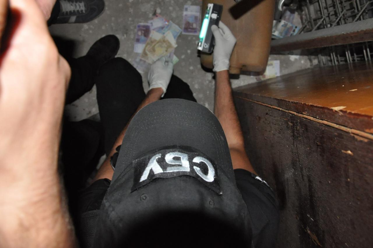 Натаможенном посту «Тиса» всобачьем вольере нашли €7 тысяч взяток