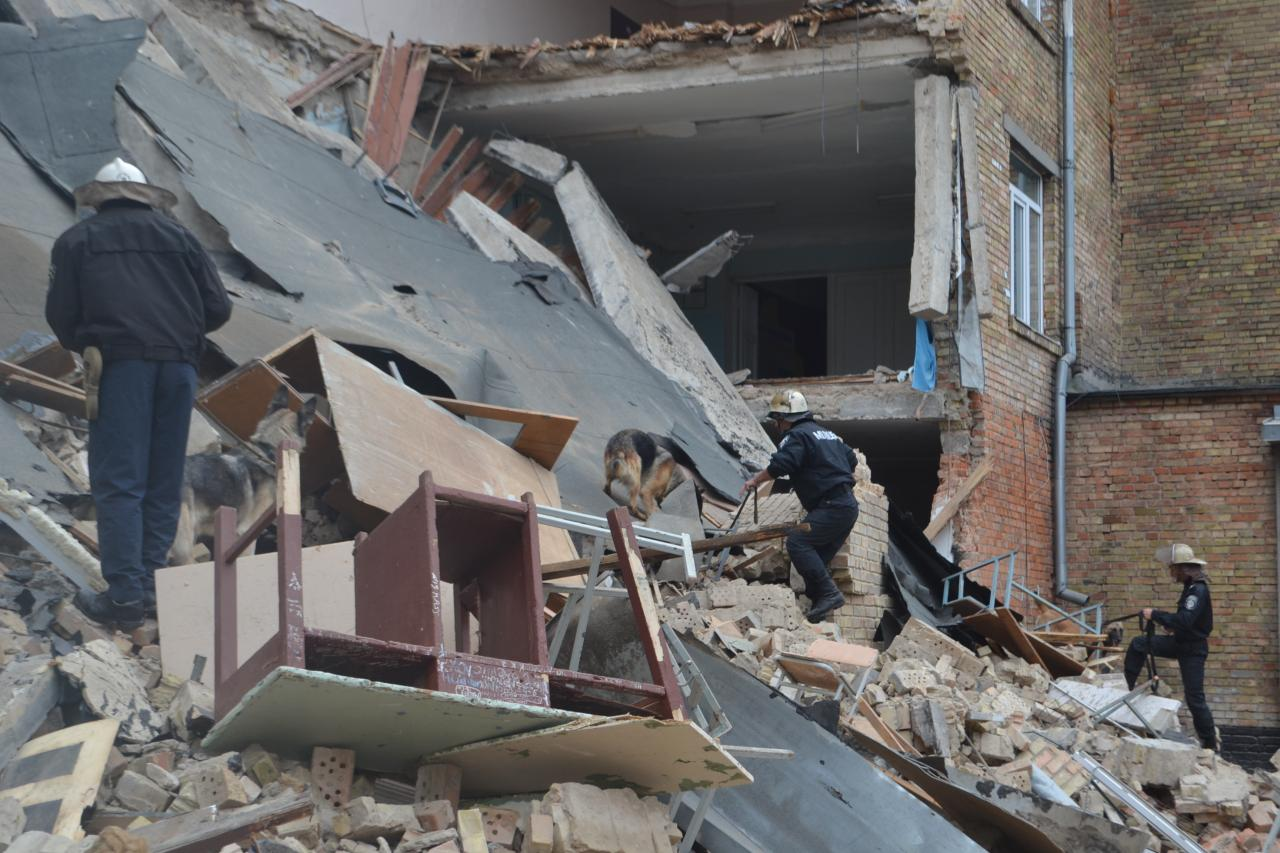 Фото: Спасатели разобрали завалы рухнувшей школы в ...: http://joinfo.ua/Kiev/1183203_Spasateli-razobrali-zavali-ruhnuvshey-shkoli.html