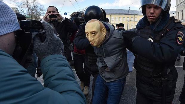 Активиста оштрафовали на300 тыс. руб. запрогулку вмаске Владимира Путина