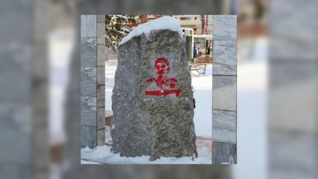 ВТомске на монумент жертвам репрессий нанесли «кровавый» портрет Сталина