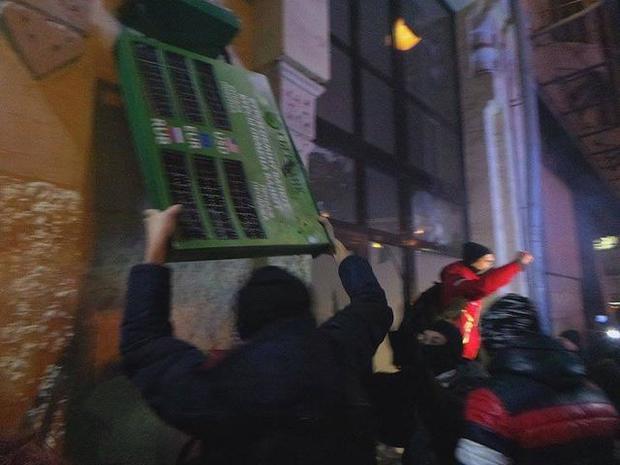 После погрома вофисе Медведчука радикалы разворотили отделение Сбербанка вцентре украинской столицы