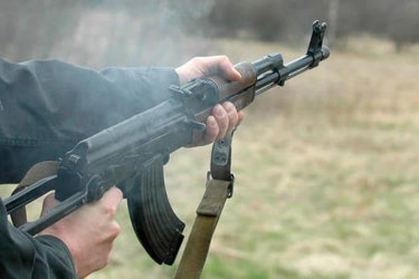 НаЗакарпатье нетрезвый мужчина изавтомата Калашникова стрелял пополицейским: есть раненый