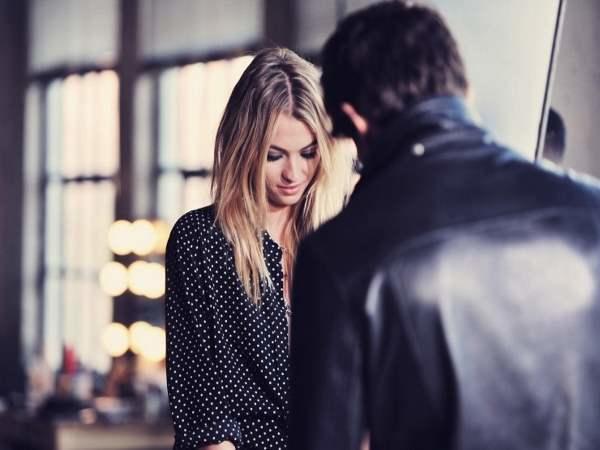 Девушку на глазах парня, показал девчонке как дрочит из кустов