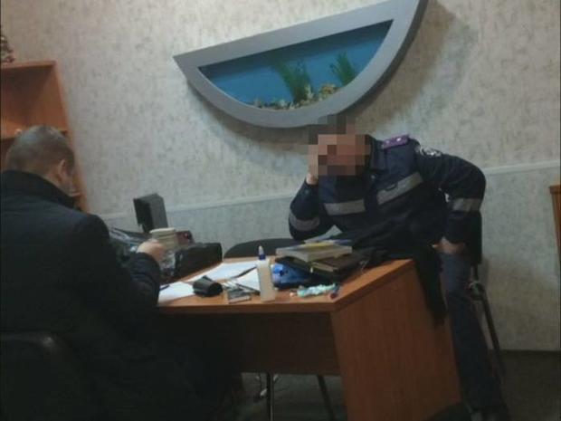 Руководство патрульной полиции Каменского систематически требовало взятки у подчиненных (фото)