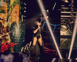 Оля Полякова устроила шоу на М1 Music Awards, задействовав Баха и Green Grey