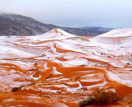 Снимки туристов: Невероятное природное явление - снег в Сахаре
