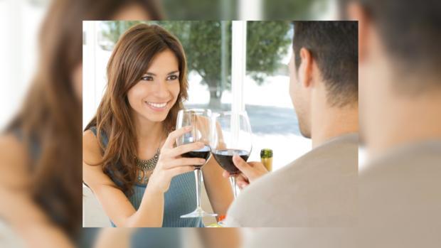 обращает первом внимание девушка что знакомстве при на
