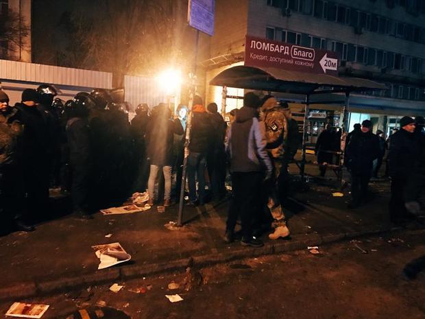 ВКиеве «титушки» сполицейскими удостоверениями пытались снести рынок около КПИ