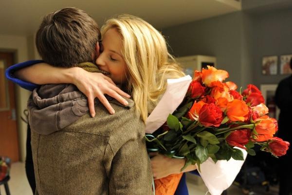 А он ее любил подарки ей дарил 943