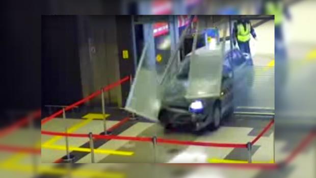 Прошлый полицейский напился ипроехал на«Ладе» через терминал аэропорта вКазани