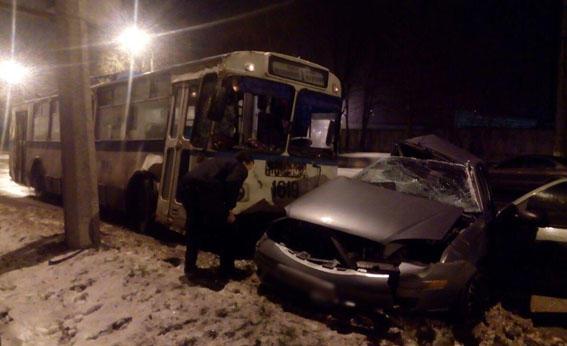 ВМариуполе полицейский протаранил троллейбус, один человек умер