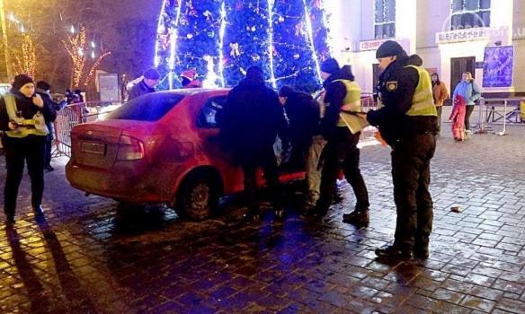 ВМариуполе нетрезвый полицейский въехал вгородскую елку