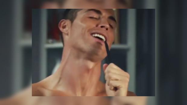 Роналду поздравил сНовым Годом изванной комнаты