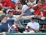 В начале марта американец Шон Каннингем спас сына от удара бейсбольной биты. На фото обратили внимание новостные сайты и телевидение, а главным героем для фотожаб стал сидящий рядом незнакомец, который пытался избежать удара.