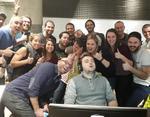 Стажёр технологического стартапа уснул на рабочем месте, а обнаружившие это коллеги сделали с ним совместное фото.