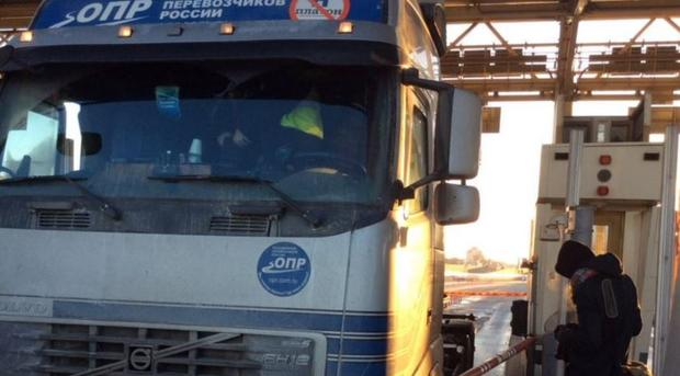 ВПетербурге дальнобойщики перекрыли платную магистраль