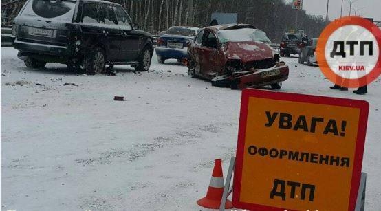 НаБориспольской трассе вКиеве столкнулись 5 авто