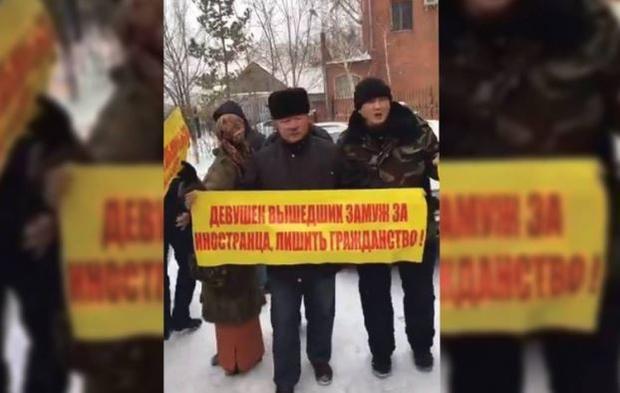 Митинг в Астане: активисты против браков казахских девушек с китайцами