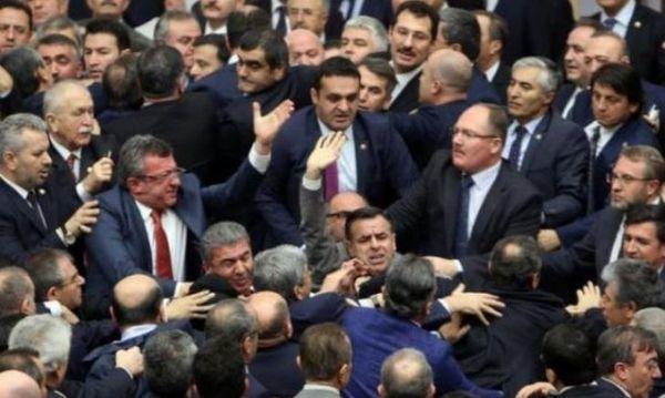 Турецкие парламентарии подрались впроцессе обсуждений поправок вКонституцию