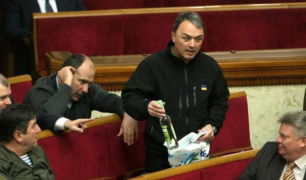 Народный депутат принес вРаду водку исигареты из«ДНР»
