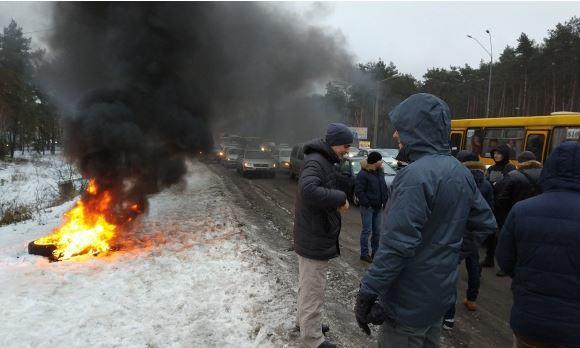 Владельцы автомобилей частично блокируют въезды встолицу Украины