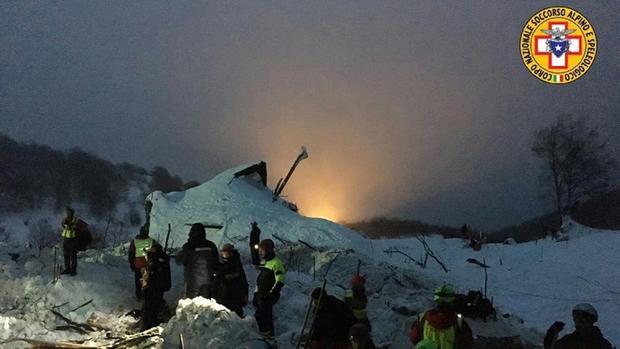 Cотрудники экстренных служб вгорах Италии продолжают искать 24 пропавших без вести человек