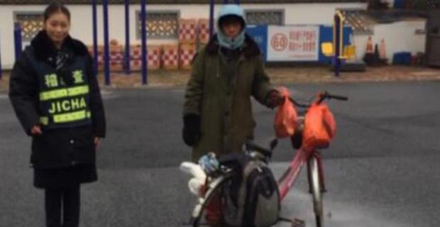 Китайский рабочий больше месяца ехал навелосипеде домой невту сторону