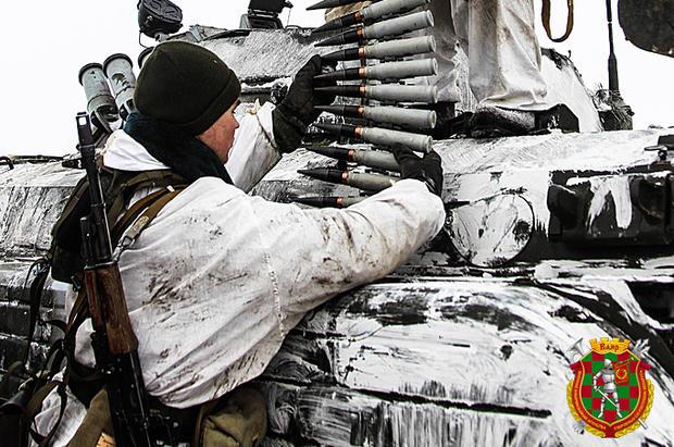 Белорусские БМП научениях замаскировали газетами: опубликовали фото