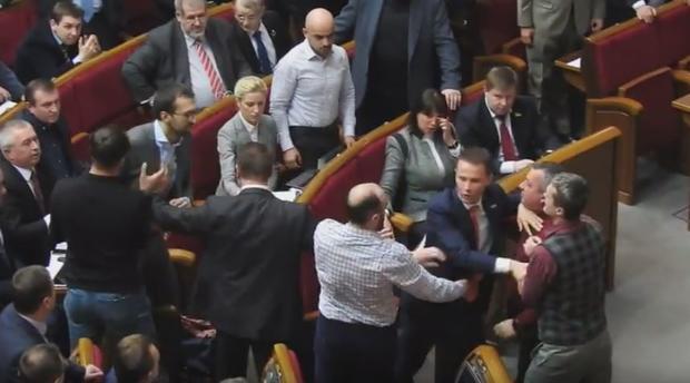 Еще одна драка вВерховной раде: депутат оторвал рукав оппоненту
