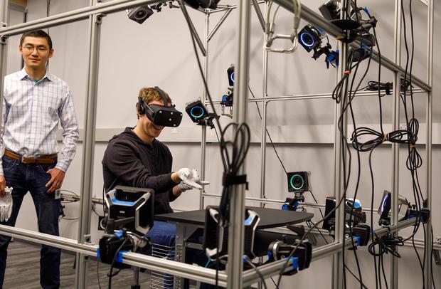 Марк Цукерберг протестировал перчатки виртуальной реальности