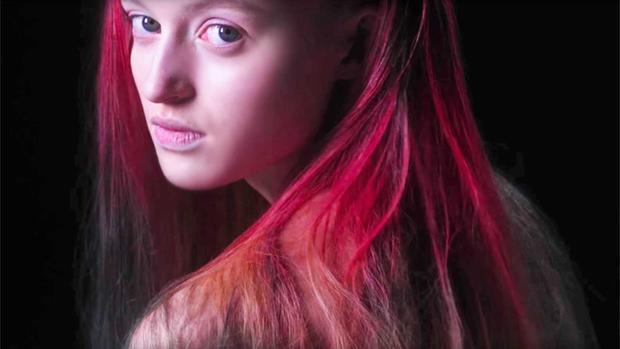 Изобретена краска для волос, которая меняет собственный цвет